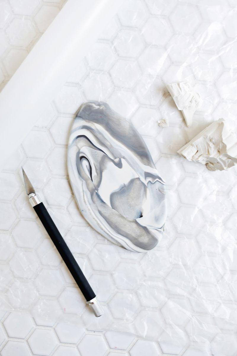 Бижутерия из глины-раскатайте материал в пласт