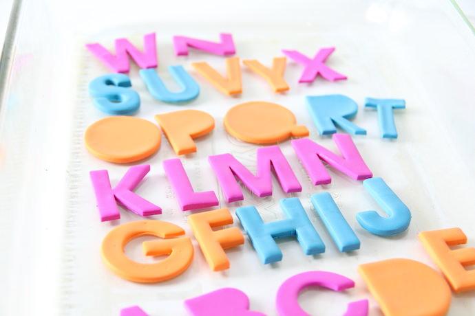 Буквы на магнитах-уложите буквы на противень