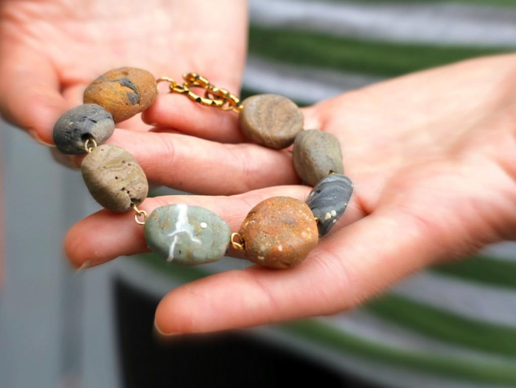 Бусины в виде камней-браслет