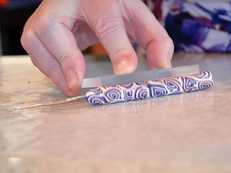 Как украсить крючок-выкатайте ручку