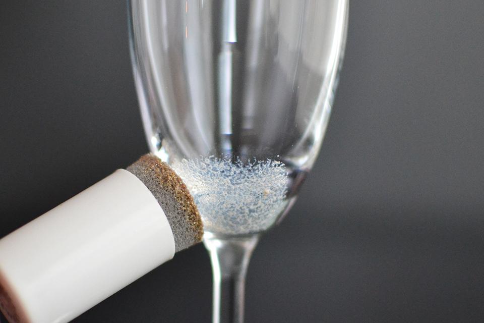 Как украсить бокалы-промокните блеском