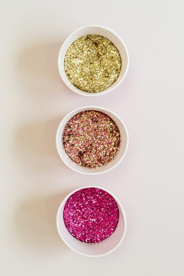 Как украсить шампанское-подготовьте цвета блесток