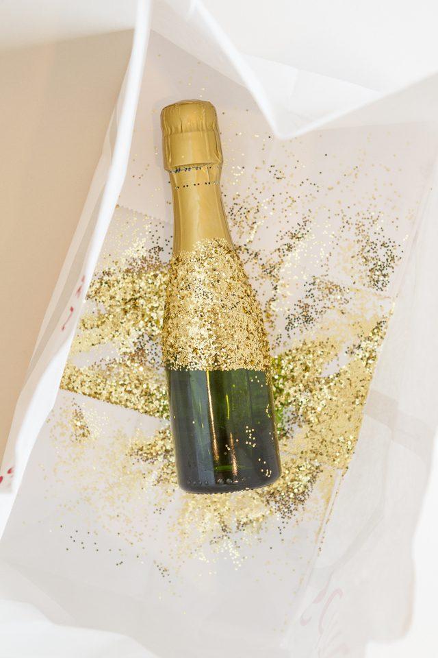 Как украсить шампанское-приклейте золотые блестки