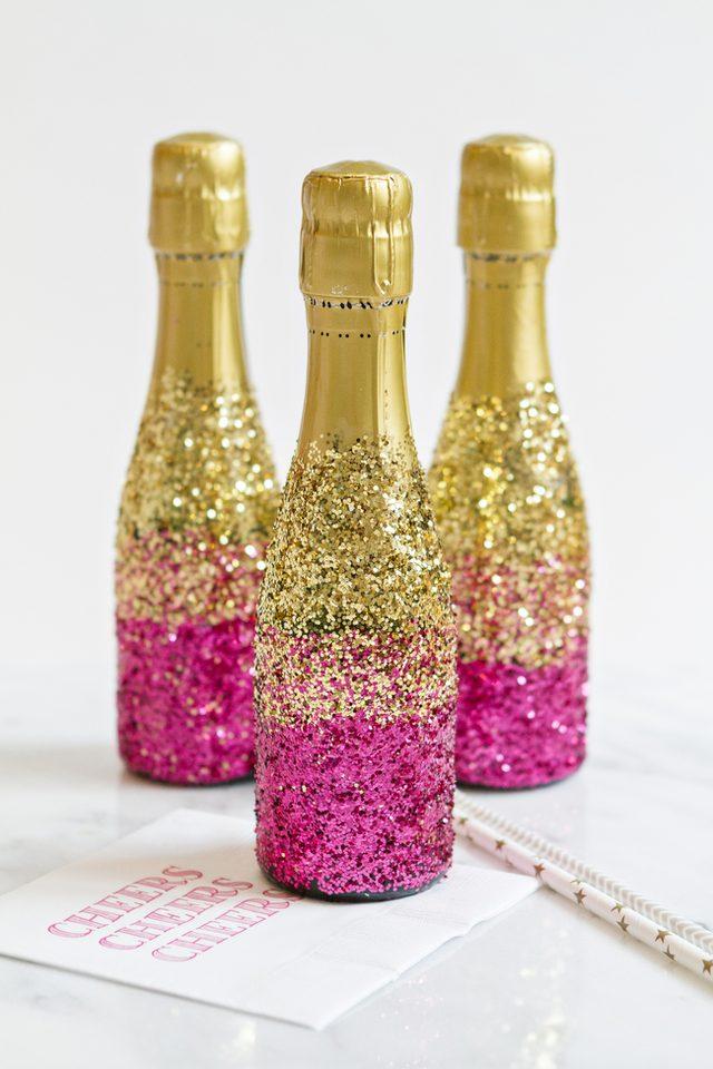 Как украсить шампанское с помощью глиттера