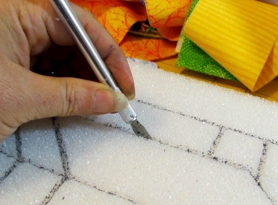 прорезаем линии по рисунку на пенопласте
