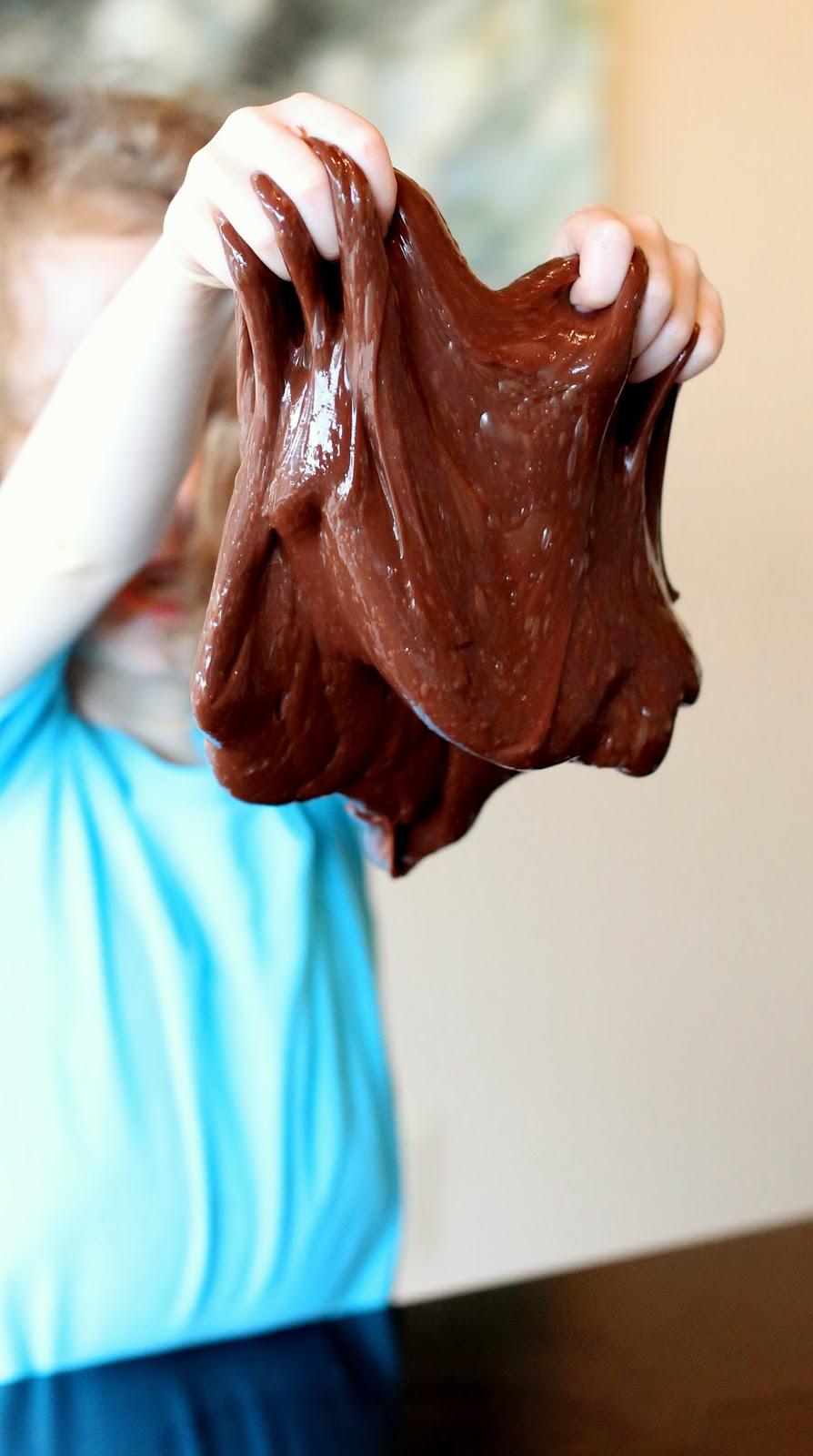 Лизун с ароматом шоколада-большой комок в руках ребенка
