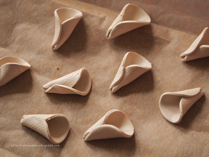 Мороженое из полимерной глины-сверните кружки в конусы
