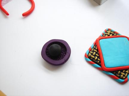 Пуговица из глины-поместите глину в штамп