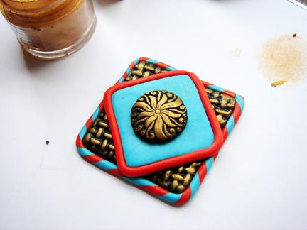 Пуговица из глины-придавите элемент