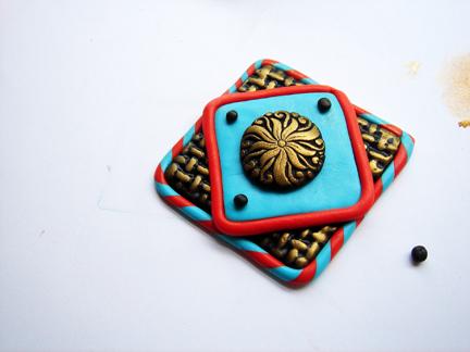 Пуговица из глины-сделайте черные шарики