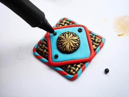 Пуговица из глины-придавите шарики