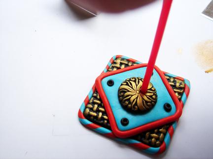 Пуговица из глины-сделайте отверстия