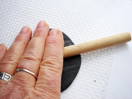 Пуговица из глины-поместите на текстуру