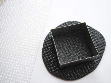 Пуговица из глины-выдавите квадрат