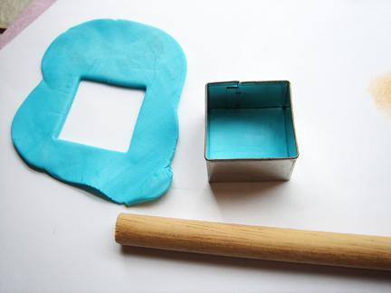 Пуговица из глины-вырежьте голубой квадрат