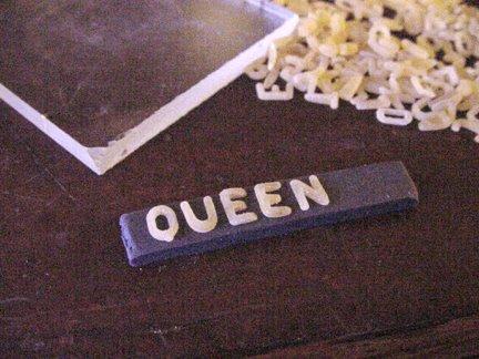 Штамп из глины-поместите макароны на глину
