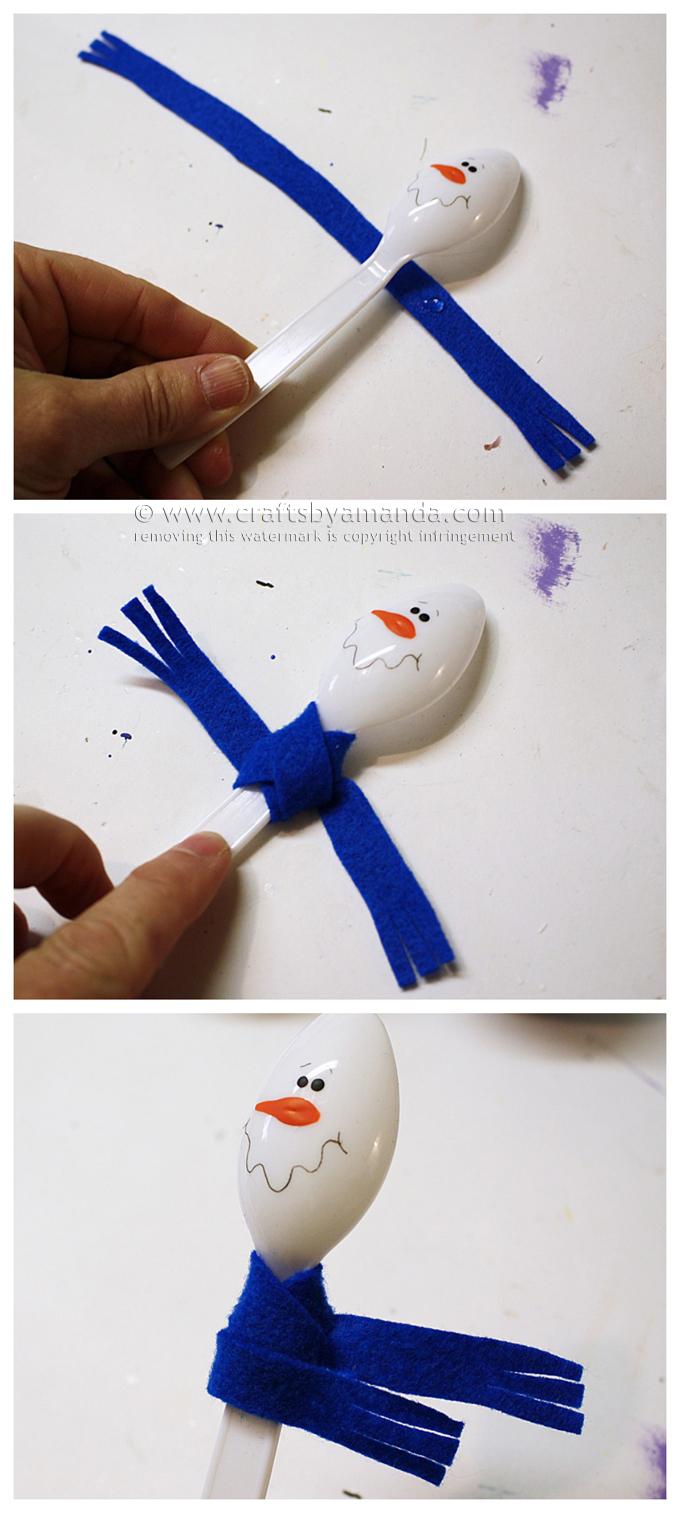 Снеговик из пластиковой ложки в глиняном горшке-сделайте шарфик