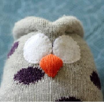 Сова из носка: пришиваем глаза и клюв