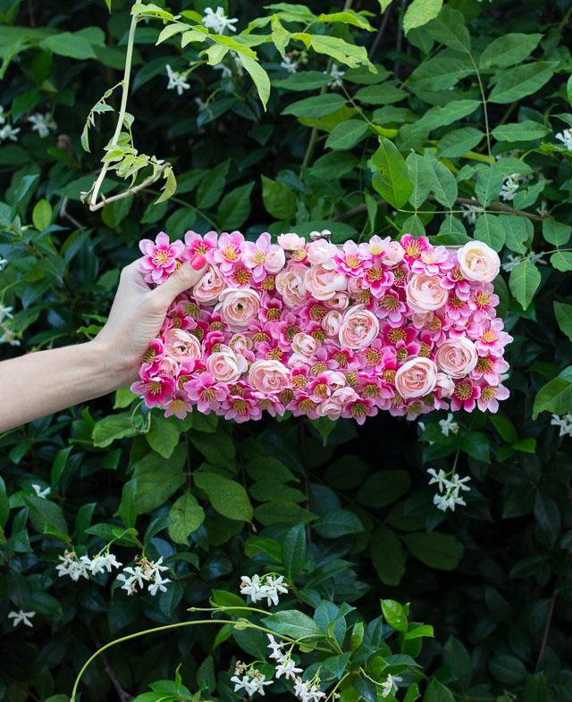 Украшение сумочки цветами-вид вблизи