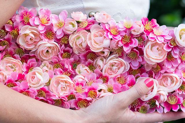 Украшение сумочки цветами-крупный план