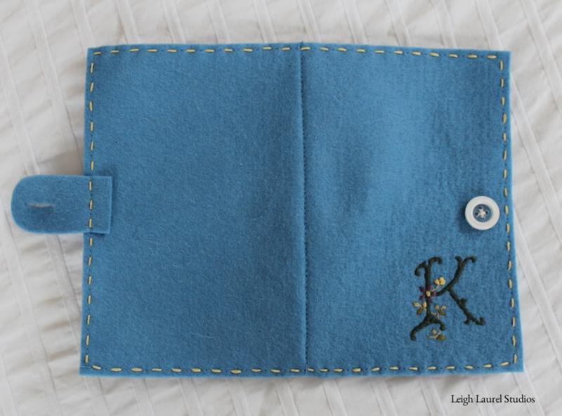 Книжка игольница из фетра-обшейте голубой войлок наметочным швом