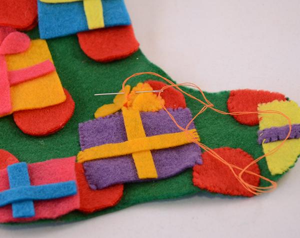 Носок из фетра-обшейте детали нитками в тон