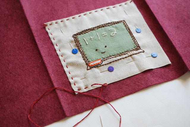 Обложка для книги из фетра-пришейте вышивку к фетру