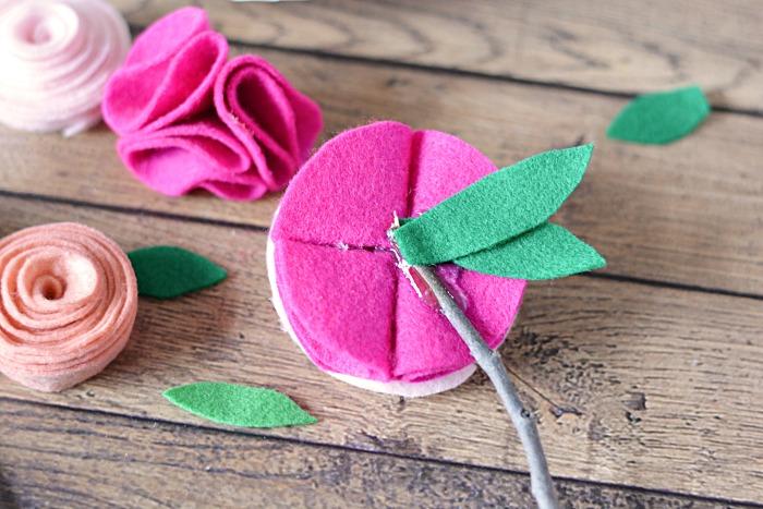 Цветы из фетра-приклейте цветы на веточки