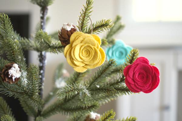 Розы из фетра как игрушки на елку