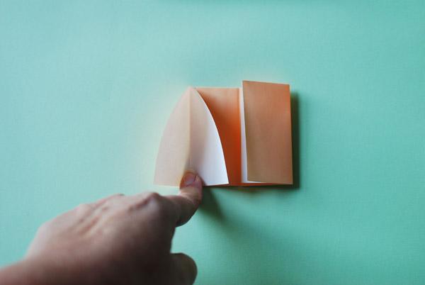 Домик оригами-вставьте палец между листами бумаги