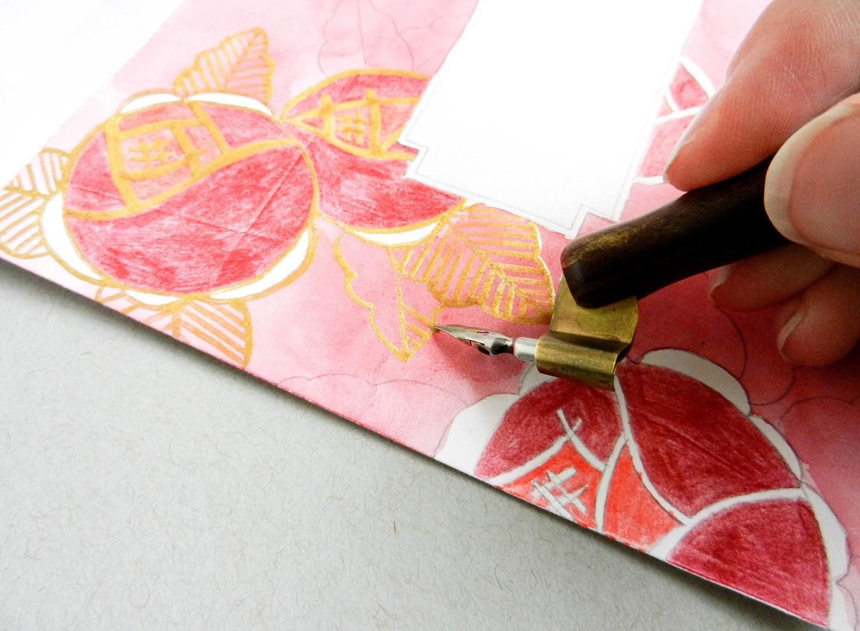 Красивый конверт из бумаги-раскрасьте золотыми красками