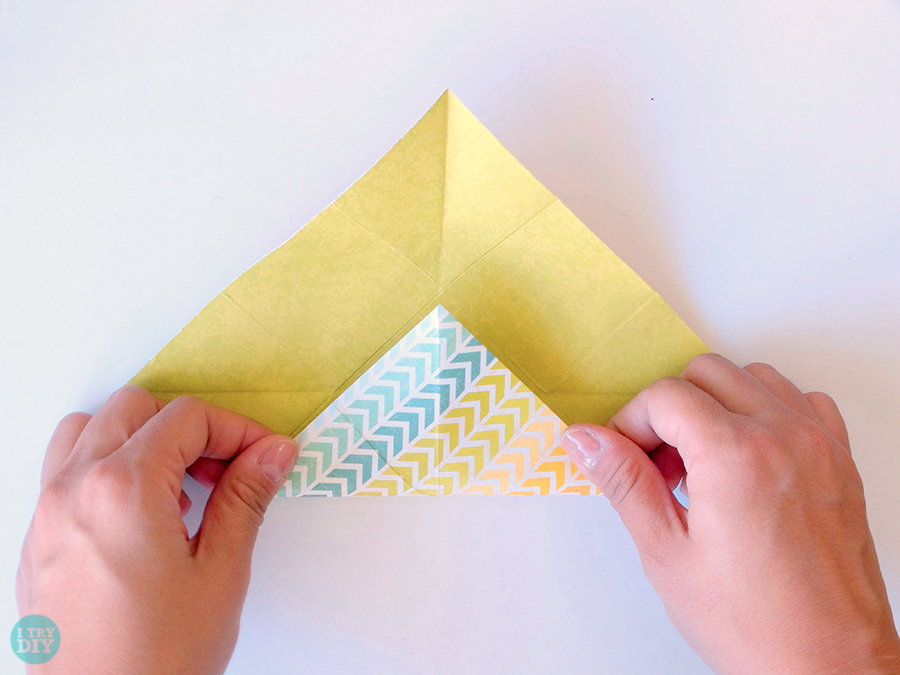 Конверт оригами-заверните углы к центру