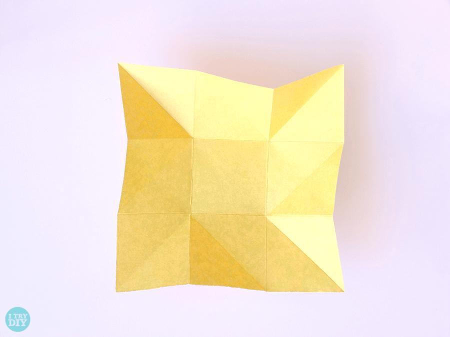 Конверт оригами-согните пальцами противоположные углы