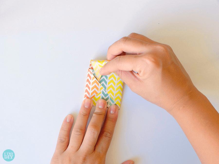 Конверт оригами-сложите верхний клапан вниз