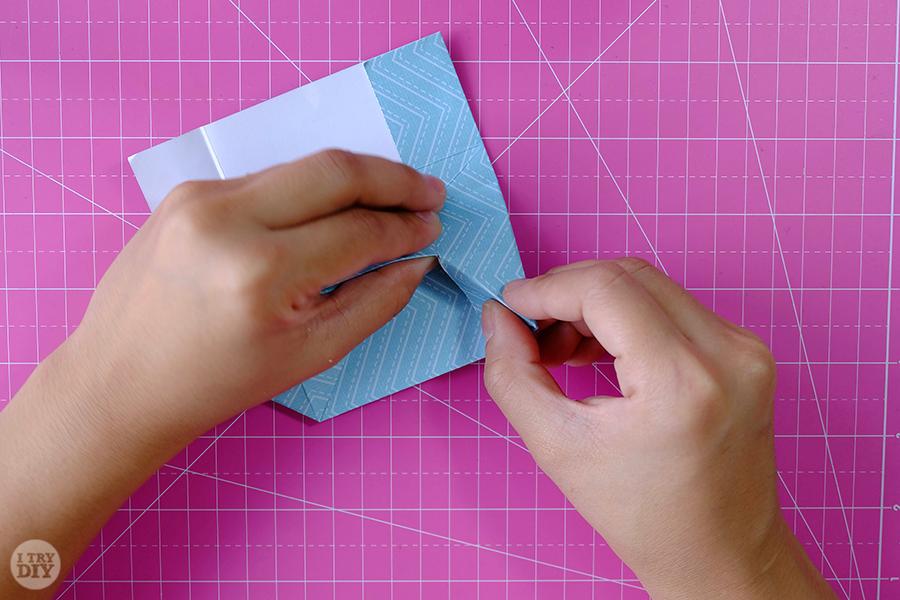 Оригами конверт для денег-загните клапан вниз