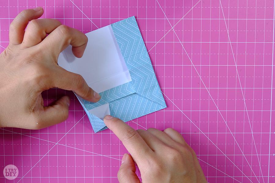 Оригами конверт для денег-загните правый угол