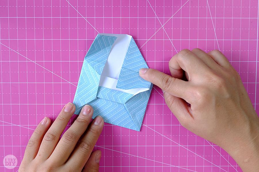 Оригами конверт для денег-загните правый угол по складкам