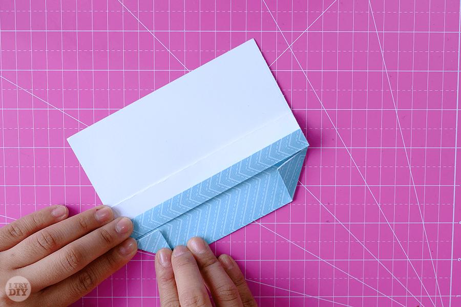 Оригами конверт для денег-загните левый уголок