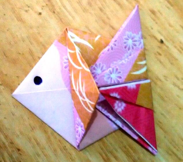 Оригами рибка из красивой бумаги