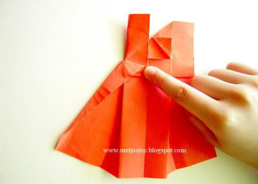 Платье оригами-загните верхнюю складку к середине