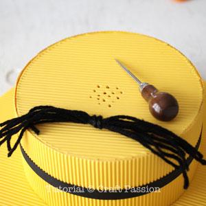 Бумажная шляпа-проделайте отверстия для волос