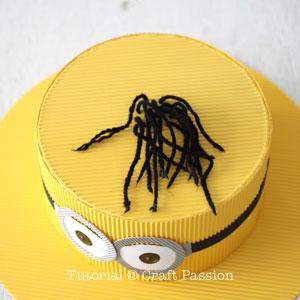Бумажная шляпа-вставьте пряжу в отверстия
