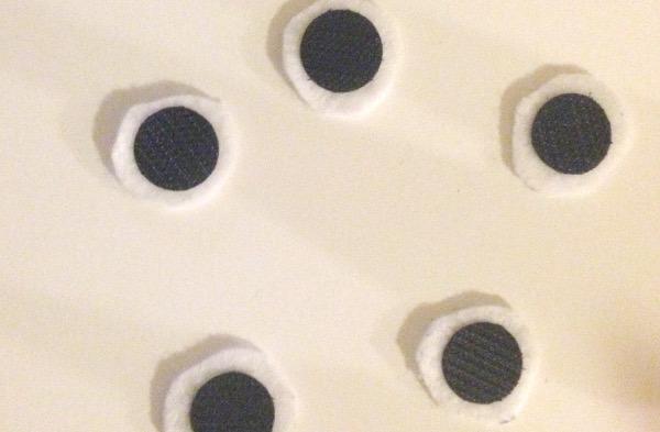Гномики из фетра-приклейте липучки на кружки