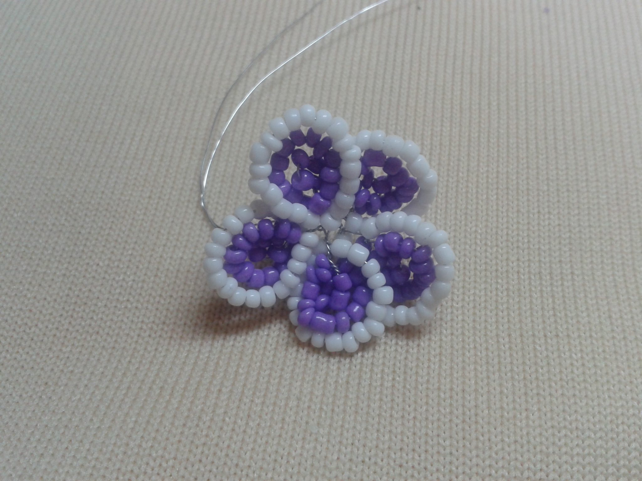 Цветок фиалки из бисера