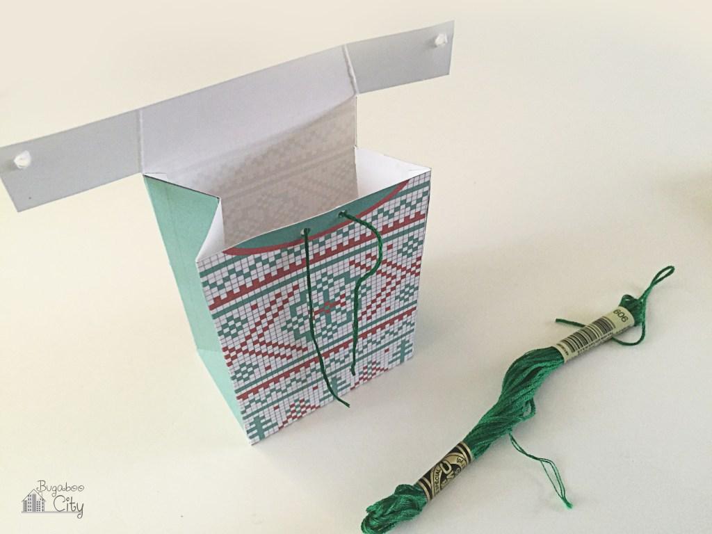 Новогодняя подарочная упаковка-вставьте нитки