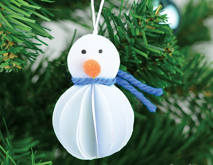 Снеговик из бумаги на елке