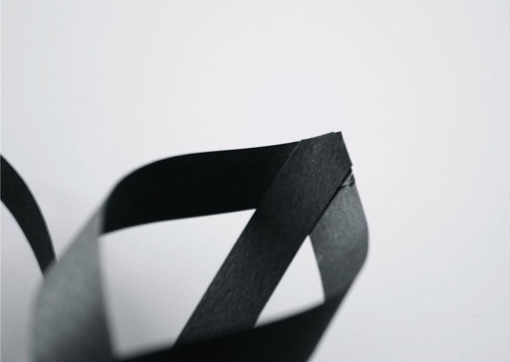 Снежинка из бумажных полос-обрежьте лишнюю бумагу