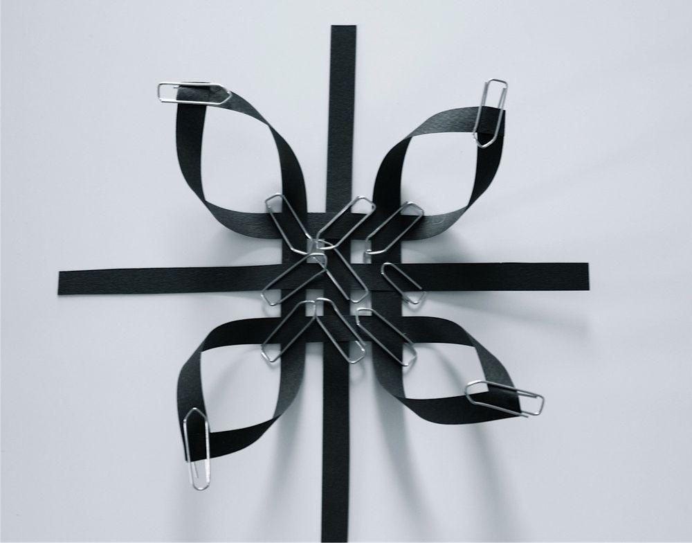 Снежинка из бумажных полос-склейте углы со всех сторон