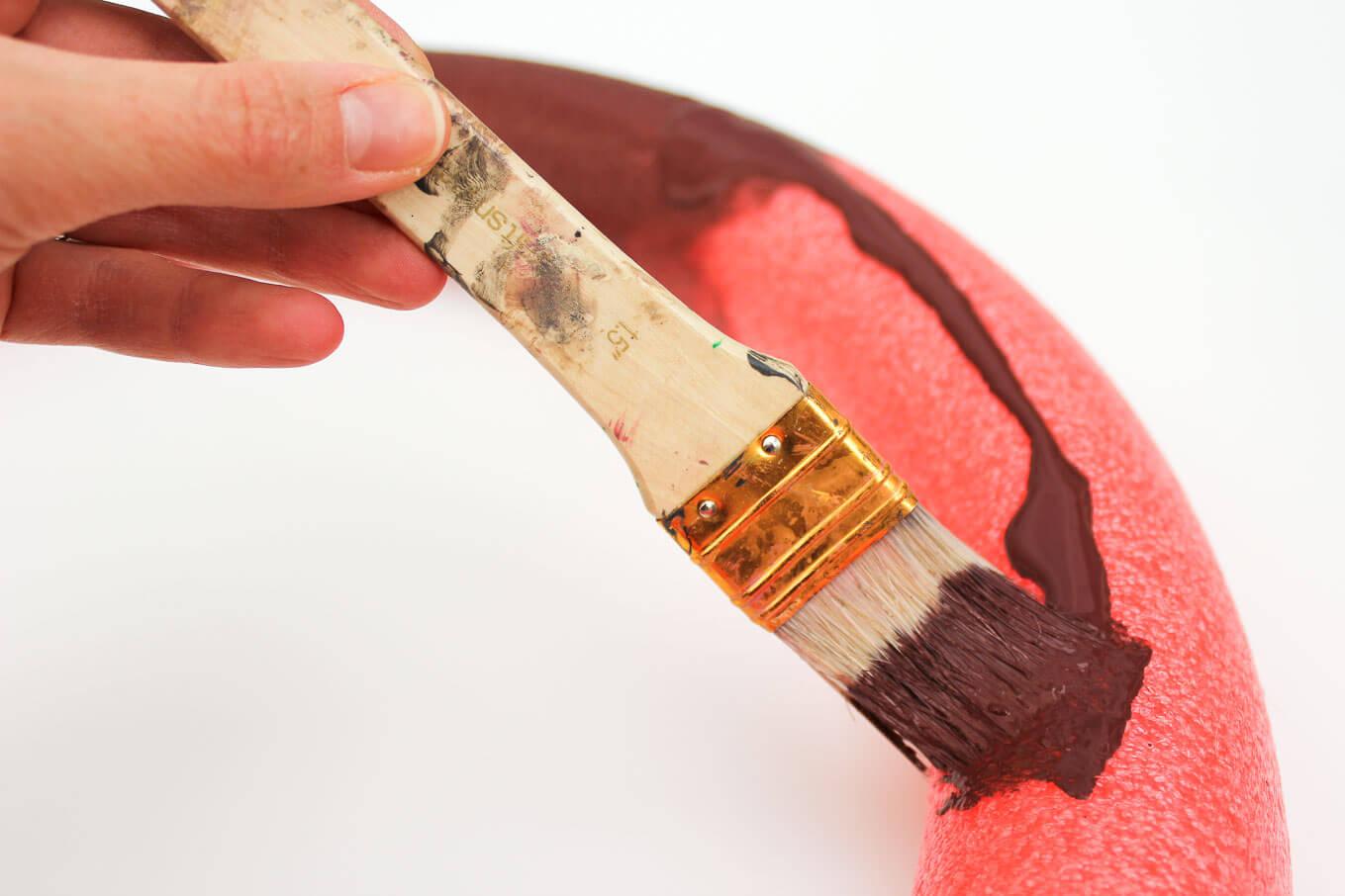 Венок из шишек-покрасьте форму