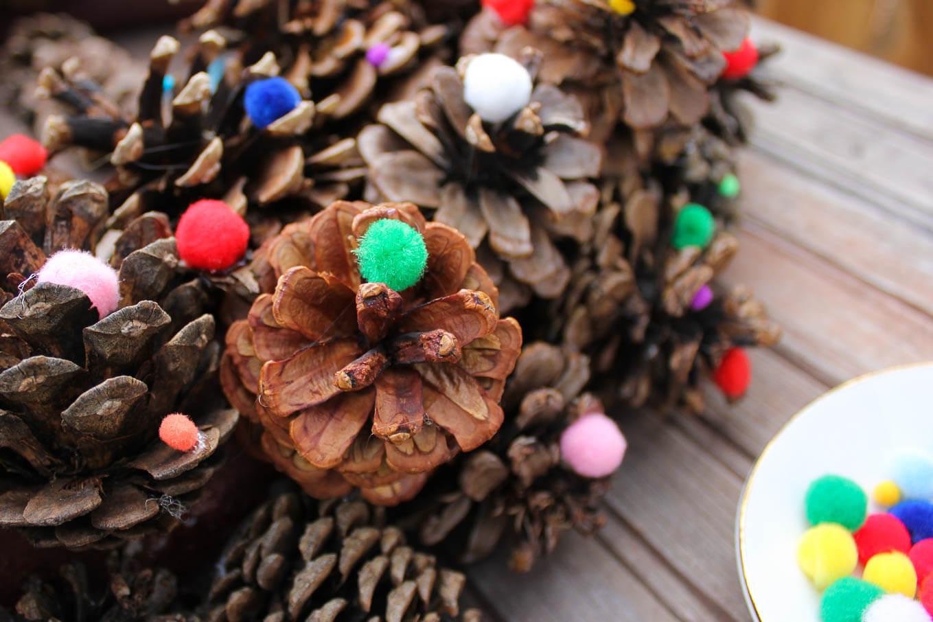 Как сделать новогодний венок из шишек?